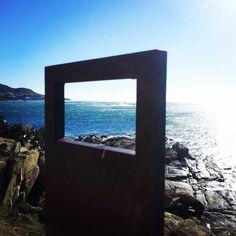Sota el far de Roses, un marc enquadra un indret de trist record: el naufragi del mercant Saint Prosper el 8 de març de 1939. #VisitRoses #aRoses #inCostaBrava #catalunyaexperience
