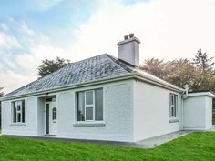 PRICE FROM £254.00 PW SLEEPS 6 BEDROOMS 3 BATHROOMS 1 PET FREE This detached cottage is situated on a working livestock farm on the outskirts of the village of Currow near to Killarney and can sleep six people in three bedrooms.