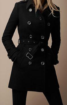 Abrigos negros marineros. Siempre con cinturón.