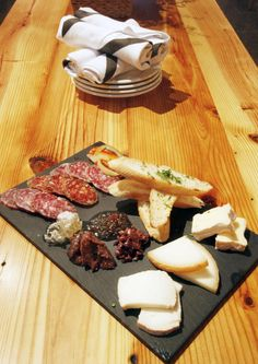 I LOVE a good charcuterie board Cheese Appetizers, Finger Food Appetizers, Finger Foods, Charcuterie Cheese, Charcuterie Board, Bar Food, Cheese Boards, Bbq Party, Sausages