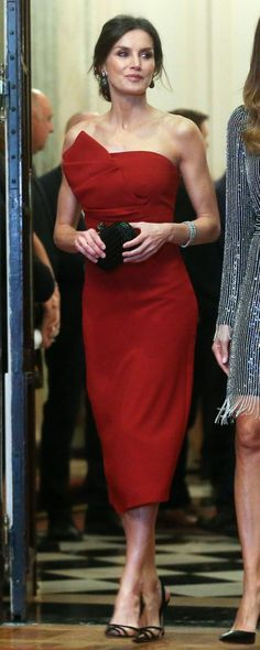 Image gallery of the outfits worn by Queen Letizia of Spain You are in the right place about REd dress long Here we offer you the most beautiful pictu Spanish Fashion, Spanish Style, Red Dress Outfit, Dress Outfits, Blue Bridesmaid Dresses, Wedding Dresses, Sheath Wedding Gown, Estilo Real, Red Cocktail Dress