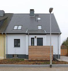 Heute zeigen wir euch eine Doppelhaushälfte aus den 1950er-Jahren, die von dem Architekturbüro Kirsch Architekten BDA energetisch saniert wurde.