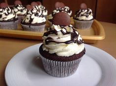 Chocolate cupcakes with cream cheese frosting Sweet Recipes, Cake Recipes, Dessert Recipes, Eastern European Recipes, Cupcakes With Cream Cheese Frosting, Cheesecake Cupcakes, Coconut Cupcakes, Mini Cupcakes, Muffin Bread