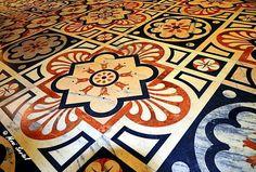 Hier passt das Runde perfekt in das Eckige… Der Mosaikboden in der Viktor-Emanuel-Passage an der Piazza del Duomo in Mailand ist ganz sicher einer der meist fotografierten Böden in einem &#82…