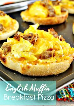 English Muffin Breakfast Pizzas only take a few minutes to prepare and you have a great breakfast for the week. English Muffin Breakfast Pizzas only take a few minutes to prepare and you have a great breakfast for the week. English Muffin Breakfast, Breakfast Desayunos, Breakfast Dishes, Healthy Breakfast Recipes, Brunch Recipes, English Muffin Pizza, Breakfast You Can Freeze, English Muffins, English Muffin Recipes