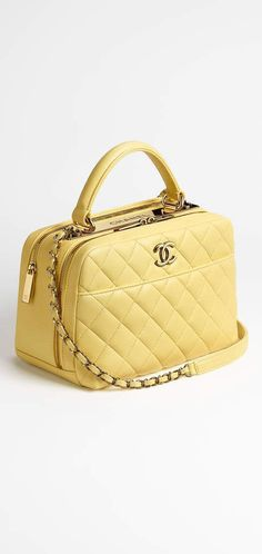 Best Women's Handbags & Bags : Chanel available at Luxury & Vintage Madrid, the world's best selection of contemporary and vintage bags, discover our new arrivals Source by theprtyarchitec bag chanel Fall Handbags, Hermes Handbags, Burberry Handbags, Handbags On Sale, Purses And Handbags, Luxury Bags, Luxury Handbags, Bowling Bags, Vintage Bags