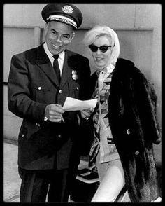 3 Mars 1962 / Arrivée à l'aéroport de Los-Angeles, où Marilyn rentre après son long séjour au Mexique.