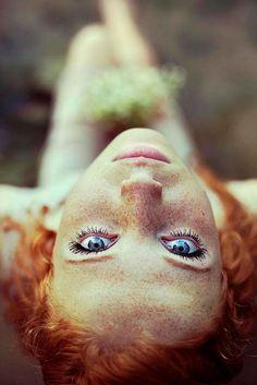 Os cabelos avermelhados, as sardas e a beleza das mulheres ruivas foram retratados em um ensaio fotográfico especial feito pela fotógrafa Maja Topcagic, da Bósnia-Herzegovina.