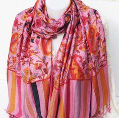 Cette étole indienne est rose avec des motifs colorés. La matière épaisse  est en viscose 52d013c7932