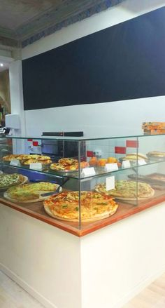 Restaurant Counter, Pizza Restaurant, Small Coffee Shop, Coffee Shop Design, Bakery Cafe, Pizza Store, Commercial Kitchen Design, Mini Cafe, Pastry Display