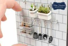 Miniature kitchen utensils and herbs Miniature Rooms, Miniature Kitchen, Miniature Crafts, Miniature Houses, Miniature Furniture, Modern Dollhouse Furniture, Diy Dollhouse, Dollhouse Miniatures, Diy Barbie Furniture