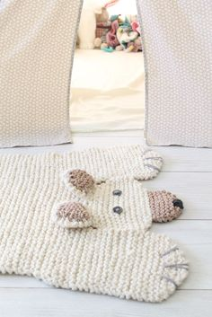 polarbear // tapis ours blanc Knitting Projects, Crochet Projects, Knitting Patterns, Crochet Patterns, Crochet Home, Crochet Baby, Knit Crochet, Knitted Rug, Bear Rug