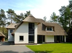 Klassieke bosvilla met een rieten kap. Duurzaam ontwerp.     Classical villa in the woods with reed roof. Sustainable design.