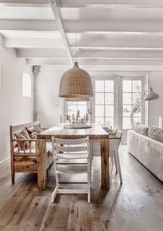 Comedor rústico con sillas y bancos de madera
