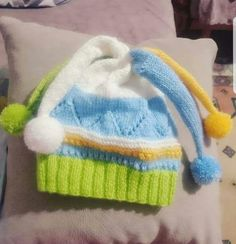 A beautiful model that children will love. Ingredients: Green baby wool Blue baby wool Yellow baby w Baby Knitting Patterns, Baby Hats Knitting, Preemie Clothes, Knitted Hats Kids, Knitting For Charity, Baby Pullover, Baby Yellow, Crochet Shoes, Baby Sweaters