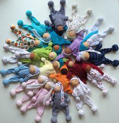 Какие игрушки самые любимые и дорогие? Те, что сшиты добрыми мамиными или бабушкиными руками! В этом мастер-классе хочу показать, как сделать головку для маленькой вальдорфской (игровой) куколки — сама кукла шьется легко, но у новичков часто возникают сложности именно в формировании головы. Такие куколки предназначены для маленьких деток (до 3 лет), поэтому они предельно просты — зачастую их делают без носика и ротика. Глазки — точечки.