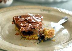 Tærten her har sprød bund med mørk chokolade og abrikosfyld - og på toppen en lækker makronmasse. Og den er lige fin, uanset om du serverer den til en kop kaffe eller te eller måske som en dessert.
