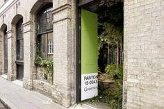 A Pantone, em parceria com o Airbnb, criou a The Outside in House, uma hospedagem exclusiva em Londres para celebrar o 'Greenery' e o que a cor inspira.
