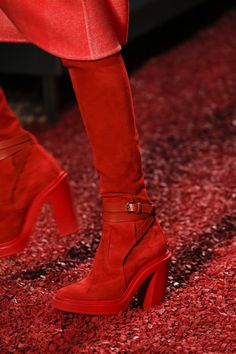 Hermès Fall 2018 Ready-to-Wear Fashion Show Details: See detail photos for Hermès Fall 2018 Ready-to-Wear collection. Look 45 Red Fashion, Fashion Boots, Fasion, Fashion Show, Hermes, Shoe Show, Womens Fashion For Work, Red Shoes, Shoes Heels