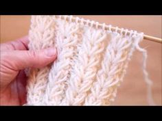 Kukkakuvioinen joustinneule tehdään ilman apupuikkoa ja se joustaa hyvin. Knitting Help, Knitting Stiches, Knitting Videos, Knitting Charts, Crochet Videos, Knitting For Beginners, Lace Knitting, Knitting Socks, Knitted Hats