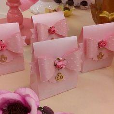 "33 curtidas, 4 comentários - Mirella Hoyer (@mirellahoyer) no Instagram: ""Chá de bebê da MAITÊ#jardimreal#jardimdelicado#chadebebemenina"" Wedding Favours, Wedding Gifts, Diy And Crafts, Paper Crafts, Bridal Shower, Baby Shower, Ballerina Party, Paper Gift Bags, Shabby Chic Pink"