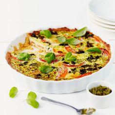 Tomaatti-mozzarellapiirakka maistuu ihanasti pestolta ja tuoreelta basilikalta. Piirakka sopii vaikkapa vierastarjottavaksi tai juhlien noutopöytään.
