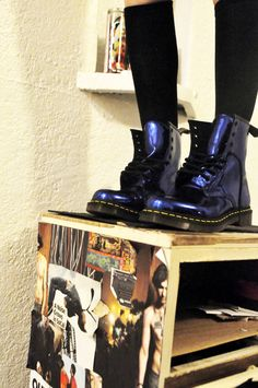 Doc Martens have been in style for almost 60 years, discover what made them so popular. We also discuss how to wear them in style! Dr. Martens, Botas Dr Martens, White Doc Martens, Doc Martens Style, Doc Martens Outfit, Doc Martens Boots, Botas Grunge, Sock Shoes, Shoe Boots