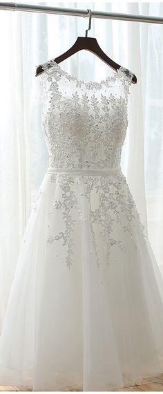 robe de soirée blanche avec broderies délicates