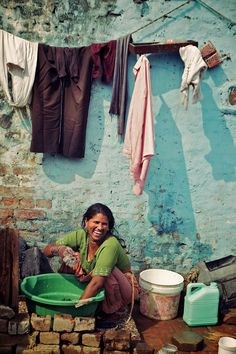Life in the slum, India. - Life in the slum, India. How is it that someone with so little can have such a beautiful smile? We Are The World, People Around The World, Wonders Of The World, Cultures Du Monde, World Cultures, Varanasi, Gente India, Beautiful Smile, Beautiful People