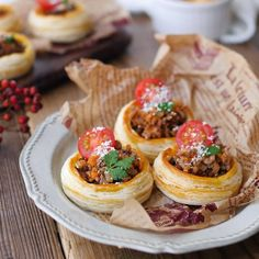 Perfect for parties. Open meat pie with plenty of minced meat-macaroni- Perfect for parties. Open meat pie with plenty of minced meat - Puff Pastry Recipes, Cafe Food, Food Design, Diy Food, Japanese Food, Pasta Recipes, Appetizers, Food And Drink, Favorite Recipes