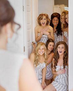 Idea foto boda: el momento en que se abre la puerta y las amigas la ven vestida por primera vez.