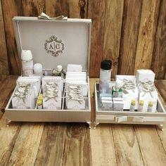 Conjunto completo de caixas para toalete em jacquard francês fendi.  Papelaria personalizada e brasão do casal bordado.  Informações: atelieflordeamora@gmail.com