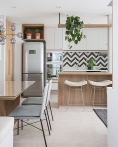 If you love minimalist decor, this board is perfect for you! Get inspired by these ideas to decorate your house! Apartment Kitchen, Kitchen Interior, Beautiful Kitchens, Cool Kitchens, Decor Interior Design, Interior Decorating, Kitchen Dining, Kitchen Decor, Dinner Room