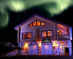 Lapponia House 320 'Levi President' hirsitalo on terve hengittävä koti. Lämpöhirsi tai lamellihirsi. Osatoimituksena tai muuttovalmiina. Koti, Log Homes, Presidents, House, Lights, Timber Homes, Home, Wood Homes, Lighting