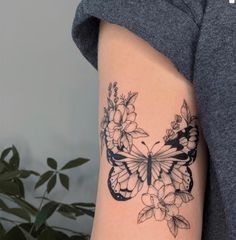 Fine Line Butterfly Tattoo Flower Leg Tattoos, Butterfly With Flowers Tattoo, Butterfly Tattoo On Shoulder, Butterfly Tattoos For Women, Dainty Tattoos, Dope Tattoos, Body Art Tattoos, Sleeve Tattoos, Floral Tattoos