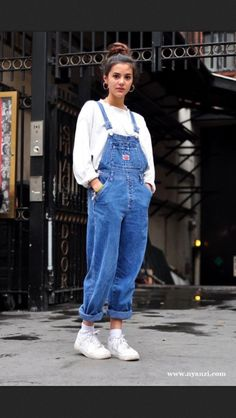 This layer overall outfit is exactly the outfit worn in the It has a white undergarment and blue jean overall on top. Outfits from the are very mirrored in todays outfits! Look 80s, Look Retro, Mode Outfits, Casual Outfits, Fall Outfits, Outfits With Overalls, Blue Overalls, Denim Overalls Outfit, Overalls Fashion