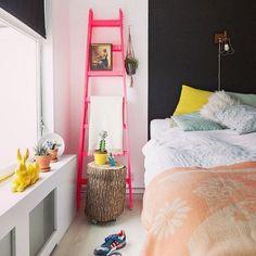 Bom dia gente 💗💛💗 Adorei as cores vibrantes usadas na composição desse quarto!! www.diycore.com.br #cama #escada #arquitetura #architecture #video #casa #diy #decor #decoração #decoration #decoracion #decorating #quarto #almofadas #furniture #homedecor #homesweethome #homemade #homestyle #home #homedesign #instalove #instaphoto #instapic #instagood #instalike #instamood #instadecor #instadesign #bedroom