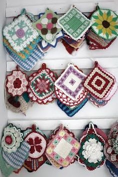 pot holders ~ H A N N A S - F O R M Crochet Wool, Crochet Motif, Crochet Doilies, Crochet Flowers, Crochet Patterns, Vintage Potholders, Crochet Potholders, Crochet Kitchen, Vintage Crochet