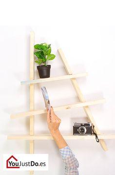 Todos tenemos objetos y libros que queremos colocar en estanterías. Atrévete a innovar creando un estante que no solo te ofrecerá mucho espacio sino que también decorará tu salón a la moda. ¡Échale un vistazo! http://www.youjustdo.es/inspiracion-para-bricolaje/crear/construir-estante-moderno.html
