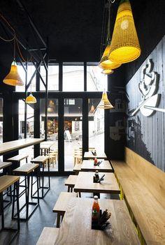 Hekla / design global / Pitaya / streetfood / restaurant thaï / interior design / bois et métal / béton / mobilier / tabouret / table / enseigne lumineuse
