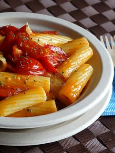 Pasta ai pomodorini caramellati | #vegan #vegetarian Veggie Recipes, Pasta Recipes, Veggie Food, Italian Cooking, Italian Recipes, Rigatoni, Biscotti, Chicken Wings, Noodles