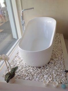Uuh, what a bath. Mitenköhän noi kivet pysyy tossa korokkeella? Lumous, huikein talo messuilla