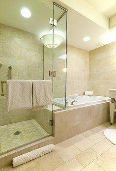 Duschkabine kann durch ein festes Glasteil von der Badewanne abgetrennt werden