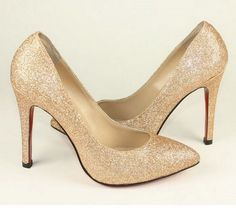 DIY: turn an unwanted color of shoes into sparkly more updated color! awesomeee Sparkly Pumps, Glitter Pumps, Sparkly Louboutins, Glitter Boots, Glitter Wine, Gold Pumps, Gold Shoes, Curvy Petite Fashion, Milan Fashion Weeks