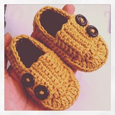 Simple little loafer pattern that could be used for boys or girls. I have only written it in size NB/ 0-3 month. Use size G hook for 3-6 month size.