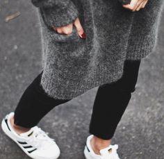 Long cardigan tout doux + chevilles nues + baskets blanches = le bon mix (instagram Andy Csinger)