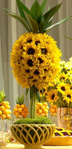 haha, what a playful floral arrangement! Sunflower Centerpieces, Floral Centerpieces, Table Centerpieces, Pineapple Centerpiece, Centerpiece Ideas, Sunflower Arrangements, Centerpiece Wedding, Ikebana, Deco Floral