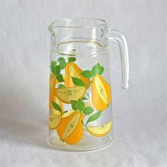 <p>Pichet vintage avec poignée facilitant la prise , en verre transparent sérigraphié motif poires, état d'usage. Pour partager un jus de fruit dans la bonne humeur ! - deco-graphic.com