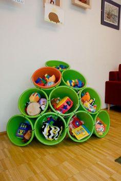 Que tal guardar os brinquedos em uma estante fofa de baldes!