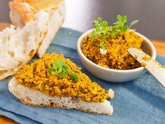Süßlupinen waren lange in Vergessenheit geraten. Jetzt erobern sie als Superfood wieder die deutschen Küchen. Wir verraten euch, wie ihr aus den gelben Kernen einen veganen Aufstrich machen könnt. http://www.fuersie.de/kitchen-girls/rezepte/blog-post/rezept-fuer-lupinen-aufstrich